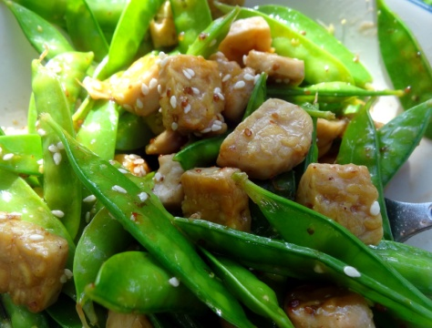 Snow peas salad with sesame and tofu