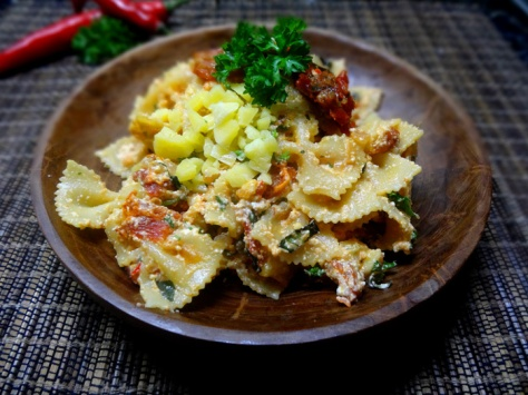 farfalle pasta with sundried tomatoes, ricotta and herbs