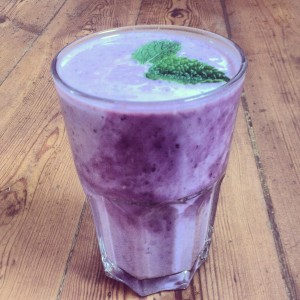 Smoothie with yogurt, blackberries, blueberries, lime and mint